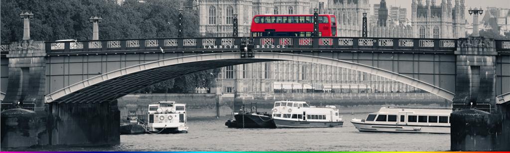 复古红色巴士伦敦塔桥街头背景墙