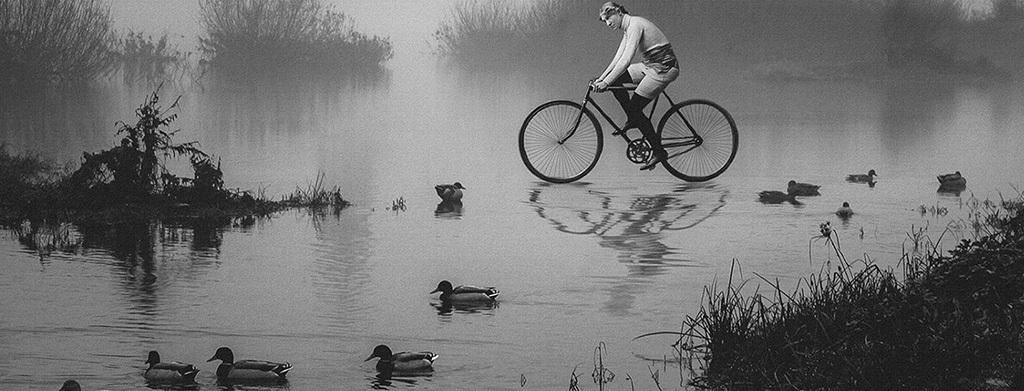 创意人物骑自行车黑白摄影艺术无框画装饰画