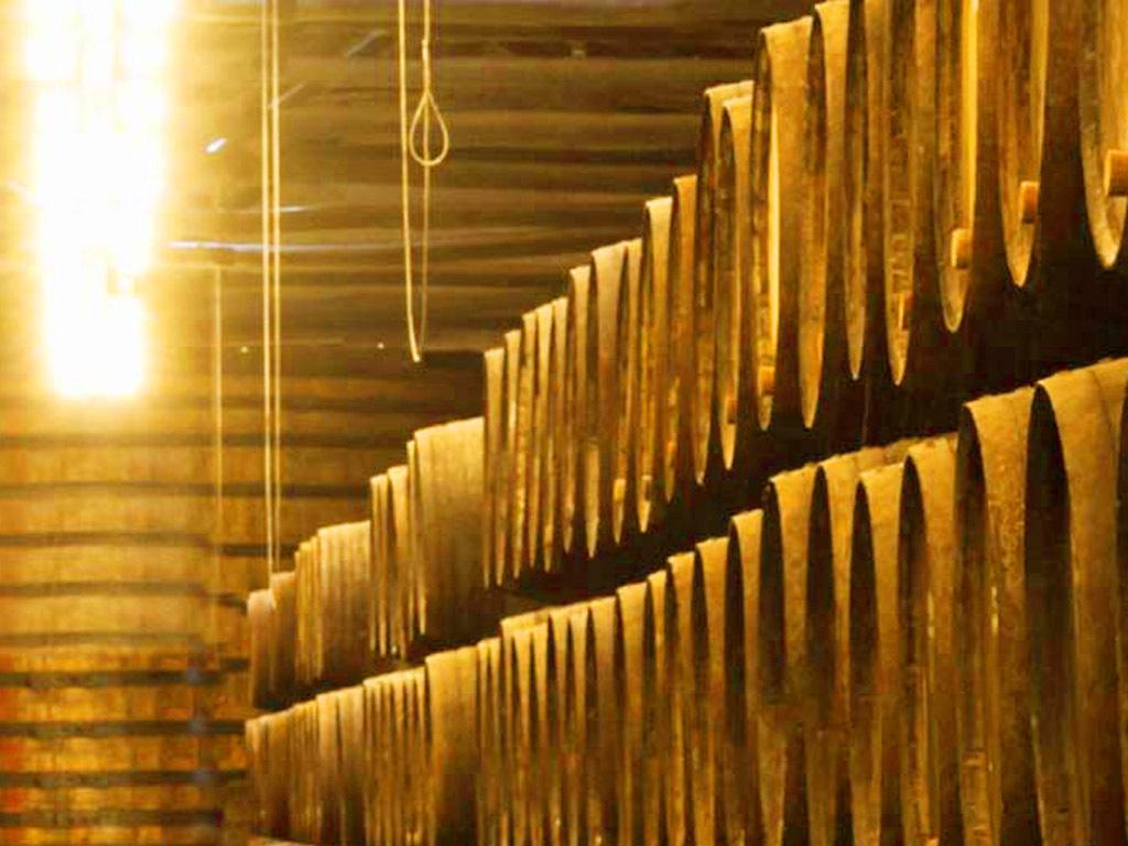 高清酒窖酒桶窖藏背景墙