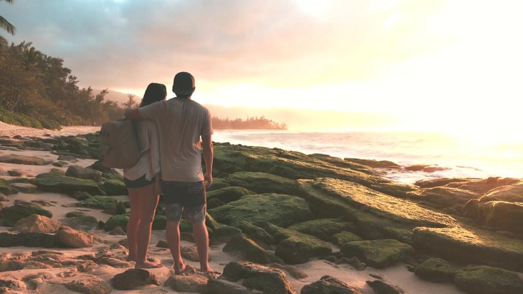 海边夕阳下情侣背影图片