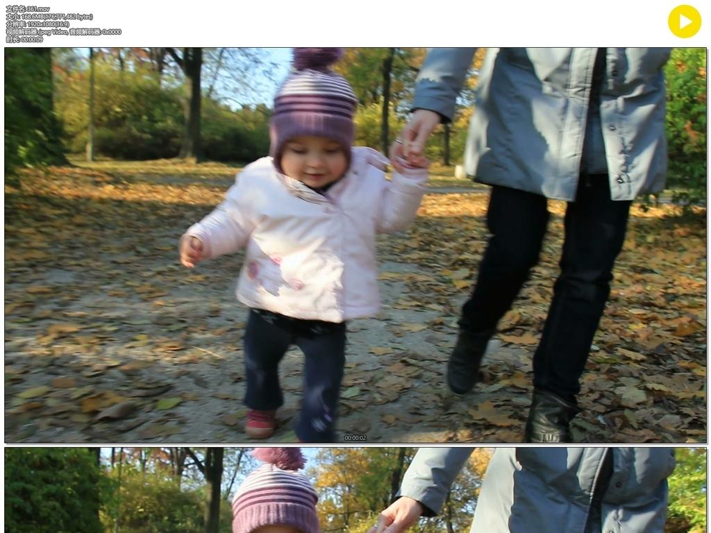 母亲牵着小孩走路