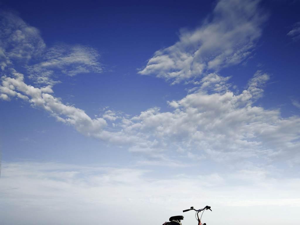 浪天际线蓝天白云天空