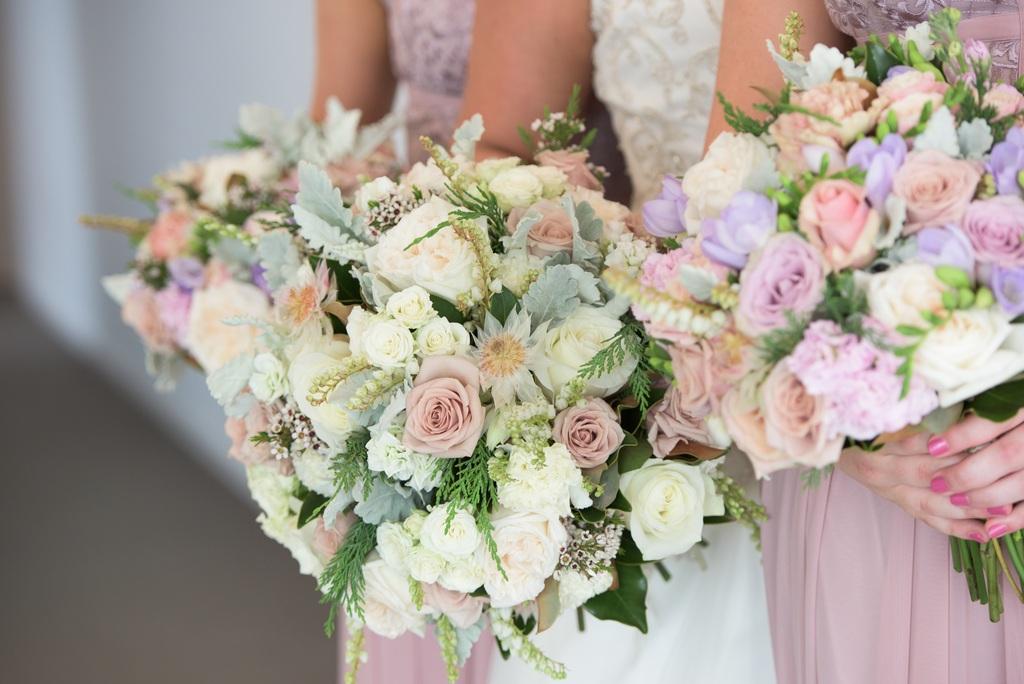 新娘手里捧着鲜花摄影照片